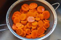 Las zanahorias cortaron en un tamiz fotografía de archivo