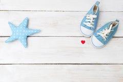 Las zapatillas de deporte del ` s de los niños para un muchacho del color azul y de una estrella juegan en w Imagen de archivo libre de regalías