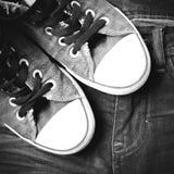 Las zapatillas de deporte en la mezclilla jadean estilo negro del color de tono Fotografía de archivo