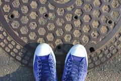 Las zapatillas de deporte en la tierra, exploran el concepto del mundo Foto de archivo