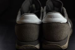 las zapatillas de deporte grises se fueron en arenas onduladas suavidad en la playa imágenes de archivo libres de regalías