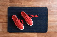 Las zapatillas de deporte rojas se colocan en la manta gris Visión desde arriba fotos de archivo libres de regalías
