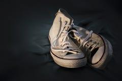 Las zapatillas de deporte se juntan en amor Fotos de archivo