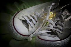 Las zapatillas de deporte se juntan en amor Imagen de archivo