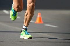 Las zapatillas deportivas, los pies y las piernas se cierran para arriba del corredor Imagen de archivo libre de regalías