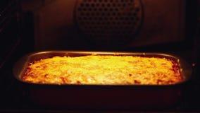 Lasañas cocidas en el horno Abra el horno y ciérrese 1920x1080 almacen de metraje de vídeo