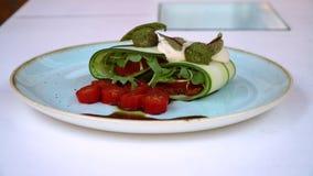 Lasañas crudas de la comida con los tomates y las pastas con perejil almacen de video