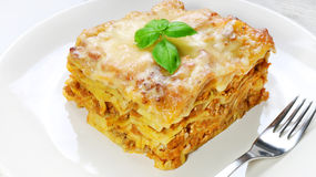 Lasagna με την από τη Μπολώνια σάλτσα στο άσπρο πιάτο Στοκ φωτογραφίες με δικαίωμα ελεύθερης χρήσης