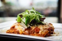 Lasagna με τη σαλάτα Στοκ φωτογραφία με δικαίωμα ελεύθερης χρήσης