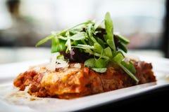 Lasagna με τη σαλάτα Στοκ Φωτογραφία