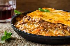 Παραδοσιακό ιταλικό lasagna που μαγειρεύεται σε ένα τηγανίζοντας τηγάνι Στοκ φωτογραφία με δικαίωμα ελεύθερης χρήσης