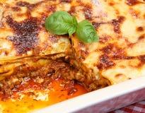 Lasagna da carne no prato de serviço imagem de stock