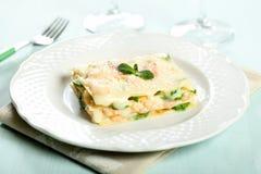Pastas italianas con lasagna del camarón y del calabacín fotografía de archivo