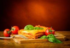 Lasagna met basilicum en tomaten Stock Foto's