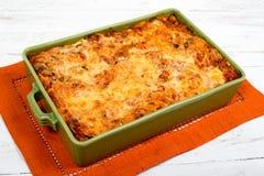 Lasagna's in een groene schotel Stock Fotografie