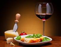 Lasagna's en wijn royalty-vrije stock foto's