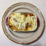 Lasagna's, kokworst, rundergehakt, ui, en knoflook over middelgrote hitte tot goed gebruind royalty-vrije stock foto