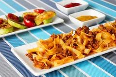 Lasagna's met vlees en geroosterde groenten stock fotografie