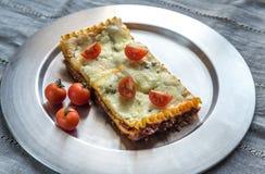 Lasagna's op de metaalplaat Stock Foto's