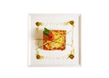 Lasagna sul piatto isolato su bianco Fotografie Stock Libere da Diritti