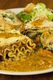 Lasagna y ensalada de Caesar Imagen de archivo libre de regalías
