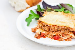 Lasagna y ensalada de la carne Foto de archivo