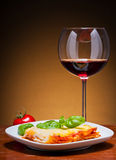 Lasagna y vino rojo Fotografía de archivo libre de regalías