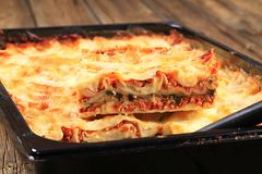 Lasagne σε ένα τηγάνι ψησίματος Στοκ φωτογραφία με δικαίωμα ελεύθερης χρήσης
