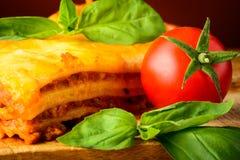 Lasagne al forno bolognese, basilico e pomodoro Immagini Stock Libere da Diritti