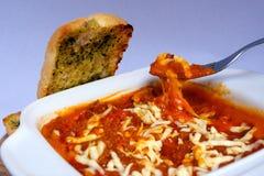 Lasagne al forno Bolognese con pane all'aglio tostato Immagine Stock