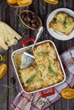 Lasagne al forno casalinghe della carne sulla tavola di legno fotografie stock libere da diritti