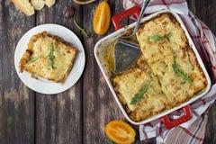 Lasagne al forno casalinghe della carne sulla tavola di legno fotografie stock