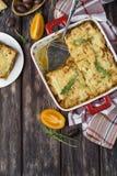 Lasagne al forno casalinghe della carne sulla tavola di legno fotografia stock