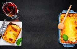 Lasagne al forno con la vista superiore di int dello spazio della copia Fotografia Stock