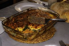 Lasagne al forno con le verdure e la carne immagine stock