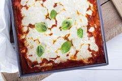 Lasagne al forno degli spinaci, di ricotta e del bacon immagini stock