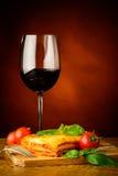 Lasagne al forno e vetro di vino rosso Fotografia Stock