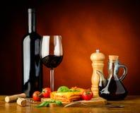 Lasagne al forno e vino Fotografia Stock Libera da Diritti