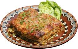 Lasagne al forno italiane su un piatto tradizionale Immagine Stock