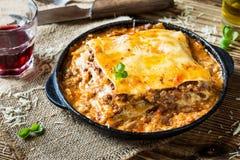 Lasagne al forno italiane tradizionali cucinate in una padella immagine stock libera da diritti