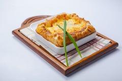 Lasagne al forno nel piatto al forno sul bordo di legno Fotografie Stock Libere da Diritti