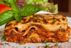 Lasagne al forno su un piatto bianco quadrato Fotografie Stock