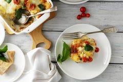 Lasagne al forno sul piatto, bordi bianchi Fotografia Stock