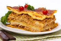 Lasagne al forno sulla tavola immagine stock libera da diritti