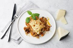 Lasagne al forno tradizionali della carne con manzo tritato, bolognese e salsa besciamella fotografia stock libera da diritti