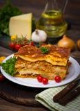 Lasagne auf dem Tisch Stockfotografie