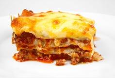 Lasagne auf Weiß lizenzfreie stockfotos