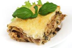 Lasagne auf weißer Platte lizenzfreies stockbild