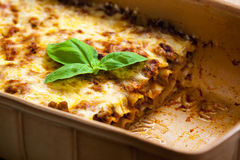 Lasagne avec la sauce tomate images stock
