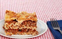Lasagne avec la serviette et la fourchette photographie stock libre de droits